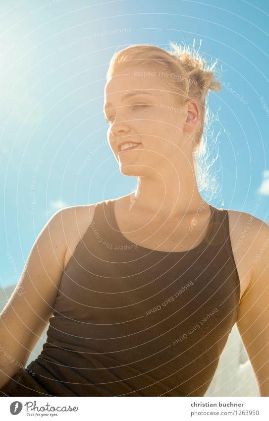sunshine on my shoulder Junge Frau Jugendliche 1 Mensch 18-30 Jahre Erwachsene dünn authentisch Freundlichkeit Fröhlichkeit Glück hell trendy natürlich Coolness