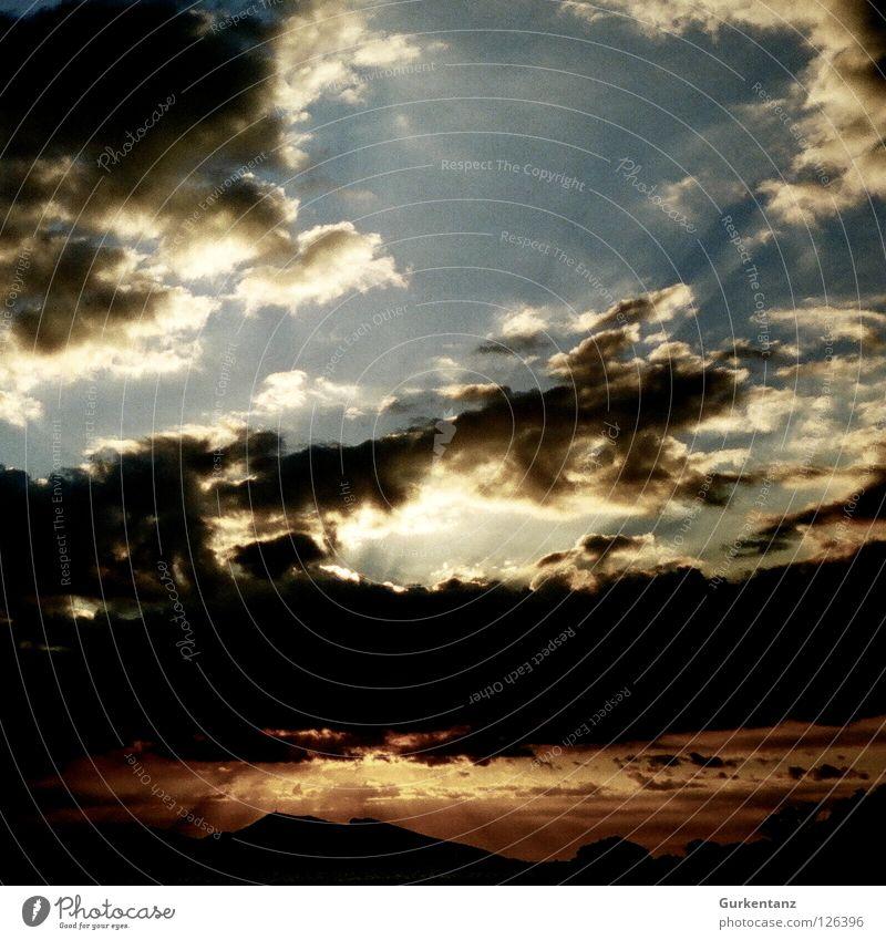Gottes Werk und Teufels Beitrag Hölle rot Wolken Karibisches Meer Fidschiinseln Himmel Sonnenstrahlen Licht blau fijis sky