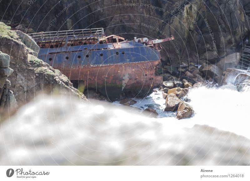 oder doch besser nach vorne schauen? Küste steilufer Bucht Klippe Schifffahrt Wasserfahrzeug Schiffswrack Fischerboot Metall Rost alt kaputt maritim trist