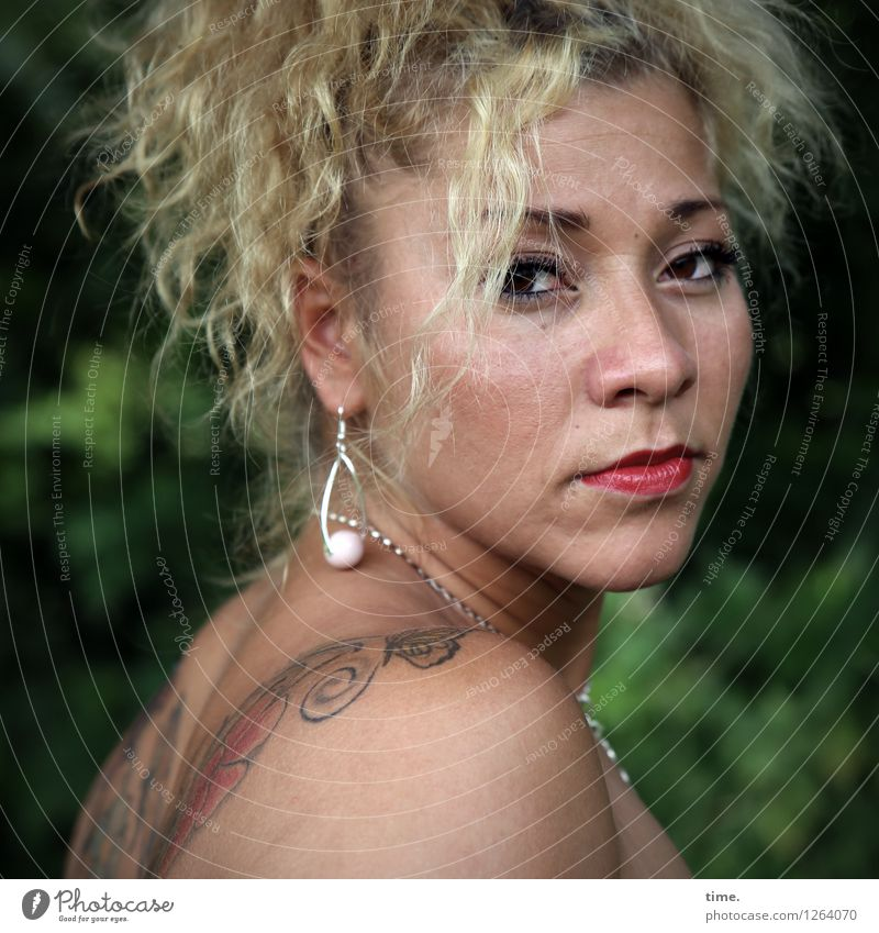 . Mensch Frau schön ruhig Erwachsene Traurigkeit feminin Denken Zeit blond warten beobachten Coolness Gelassenheit Tattoo Konzentration