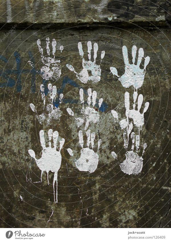 freihändig Mensch weiß Hand Freude dunkel Graffiti Berlin grau Stein Fassade mehrere Kreativität Finger berühren fest nachhaltig