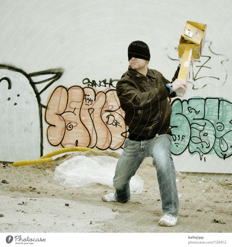 kassenschlager Mann Wand Graffiti Mauer Vogel Lifestyle Körperhaltung Jeanshose Gastronomie Hose Wut Gewalt Mütze Jacke Grenze Eingang