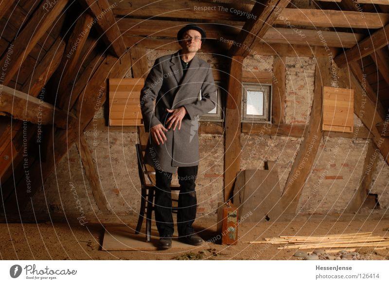 Person 26 Hoffnung Zeit Koffer Götter Mantel frieren Einsamkeit Dachboden Fenster Generation Wand Aussicht Trauer Mann rund Frieden Vergänglichkeit warten Stuhl