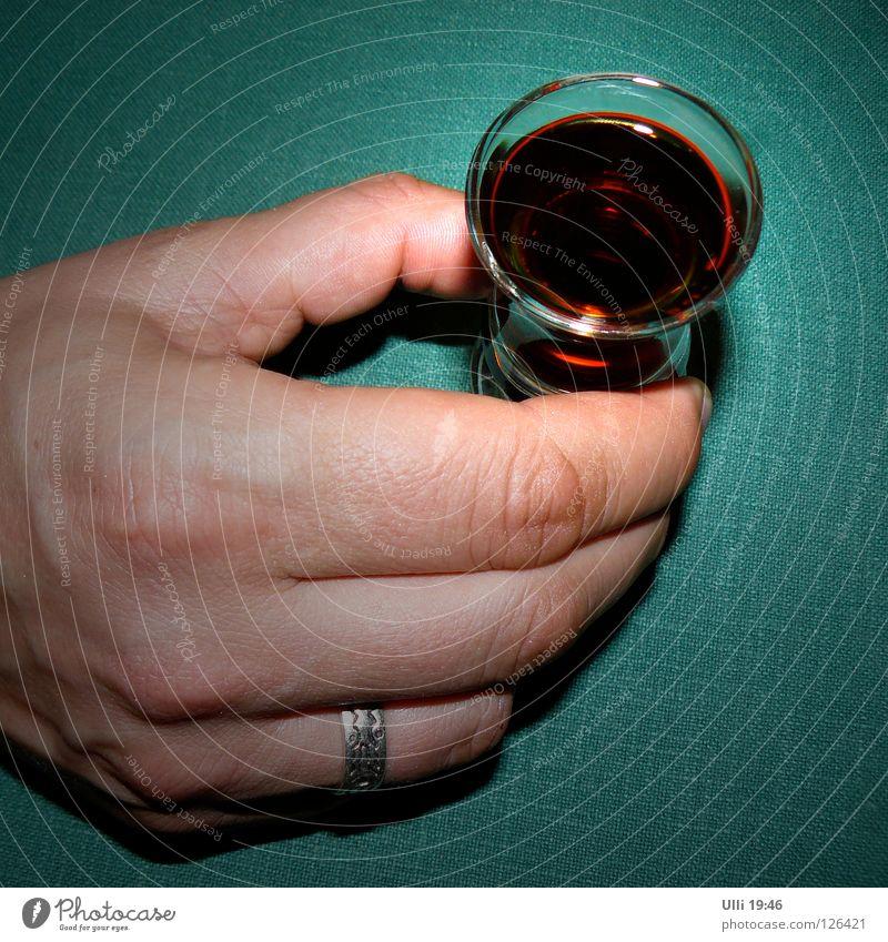 Einer geht noch. Farbfoto Innenaufnahme Hintergrund neutral Abend Kunstlicht Vogelperspektive Blick nach unten Alkohol Spirituosen Freude Tisch Feste & Feiern