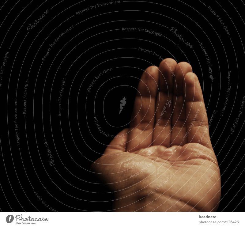 Pfütze Hand Wasser schwarz dunkel Haut glänzend nass Finger leer Vertrauen Falte feucht Griff Schweiß