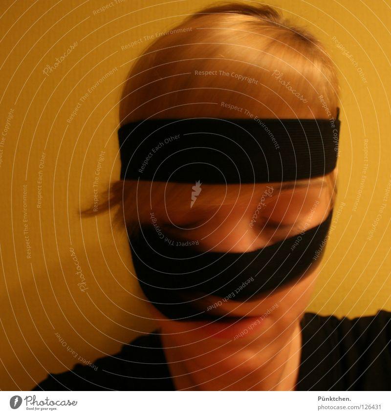 ein bisschen GAGA? schwarz gelb blond Frauengesicht festhalten Kinn T-Shirt Haarsträhne Wimpern Augenbraue wickeln verrückt geschlossene Augen dumm Stirnband
