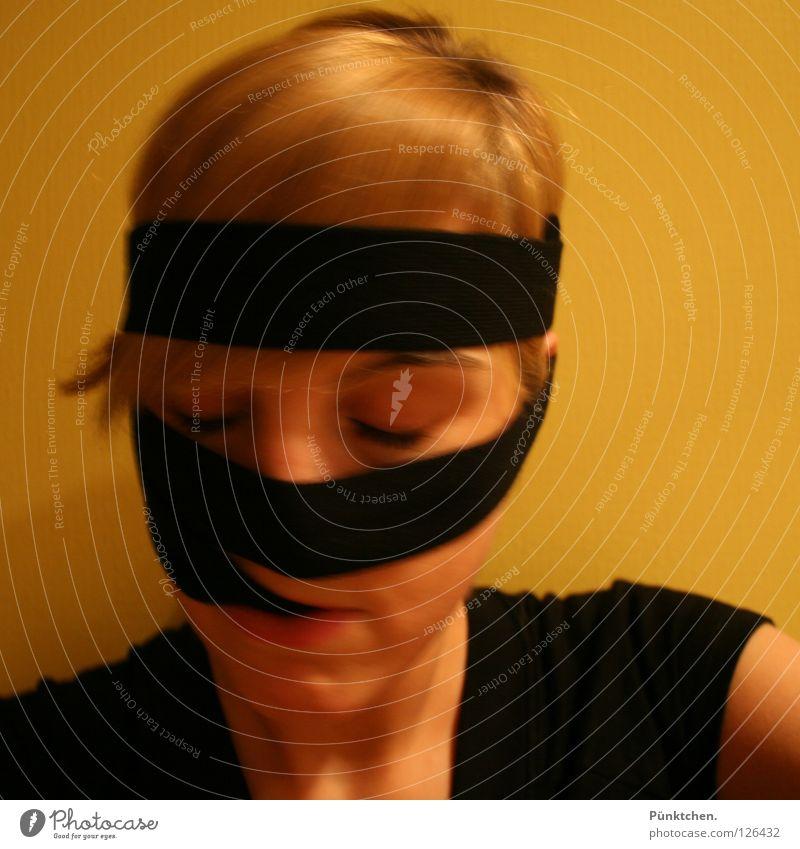 Sind wir nicht alle schwarz gelb blond Frauengesicht festhalten Kinn T-Shirt Haarsträhne Wimpern Augenbraue wickeln verrückt geschlossene Augen dumm Stirnband