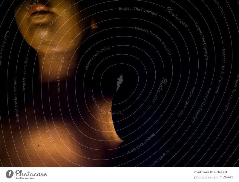 BEDROHLICH alt ruhig schwarz Einsamkeit feminin Tod dunkel Kopf Metall Kraft Angst Arme Haut Kraft Macht Vergänglichkeit