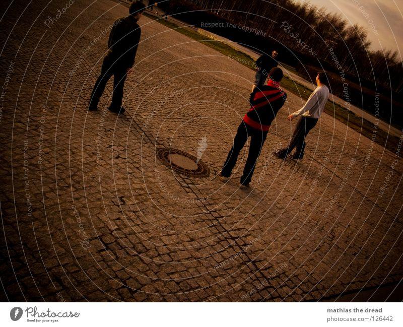 MÄNNERRUNDE Mann Jugendliche Winter Freude dunkel Herbst Spielen Bewegung Stil geschlossen maskulin Platz verrückt Aktion Kreis rund