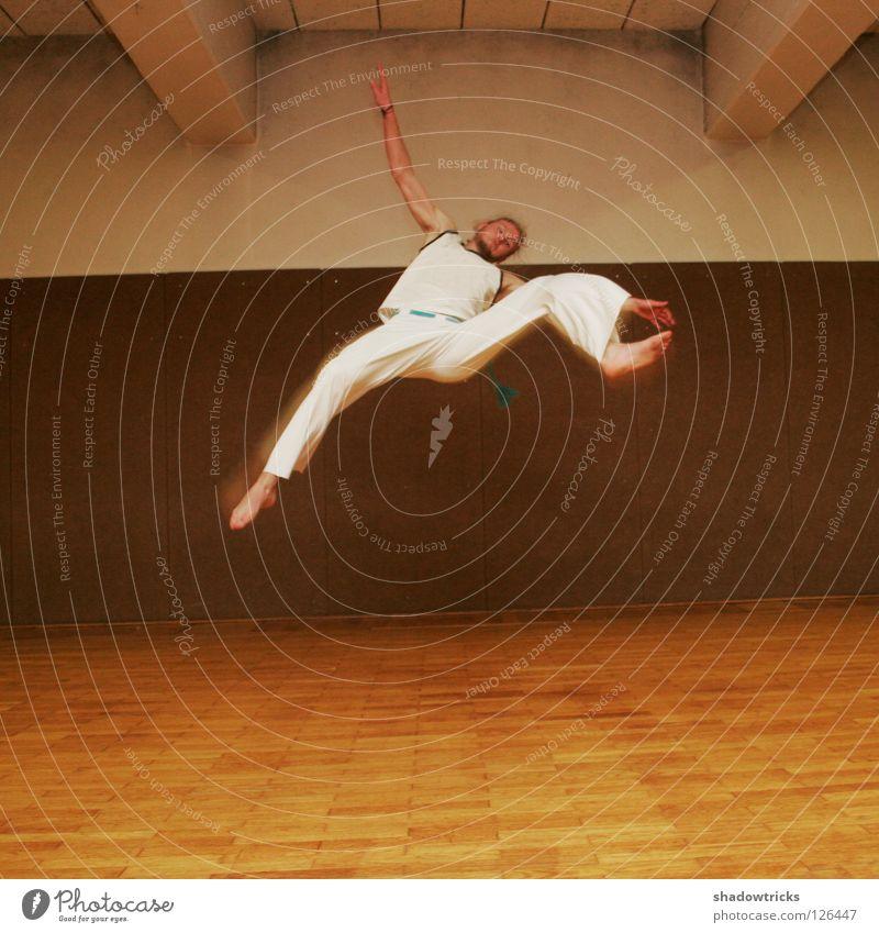 Sprung! Jugendliche Sport Bewegung Haare & Frisuren springen Stil Körper sportlich Muskulatur Kampfkunst Kampfsport Sporthalle Breakdancer Karate Kick Tänzer