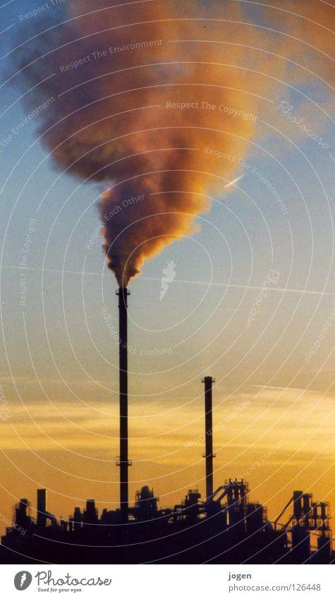Qualm! blau gelb Wärme Stimmung Nebel dreckig Klima Industrie Industriefotografie Rauch Skyline Physik Abenddämmerung Abgas Schornstein Kunstwerk