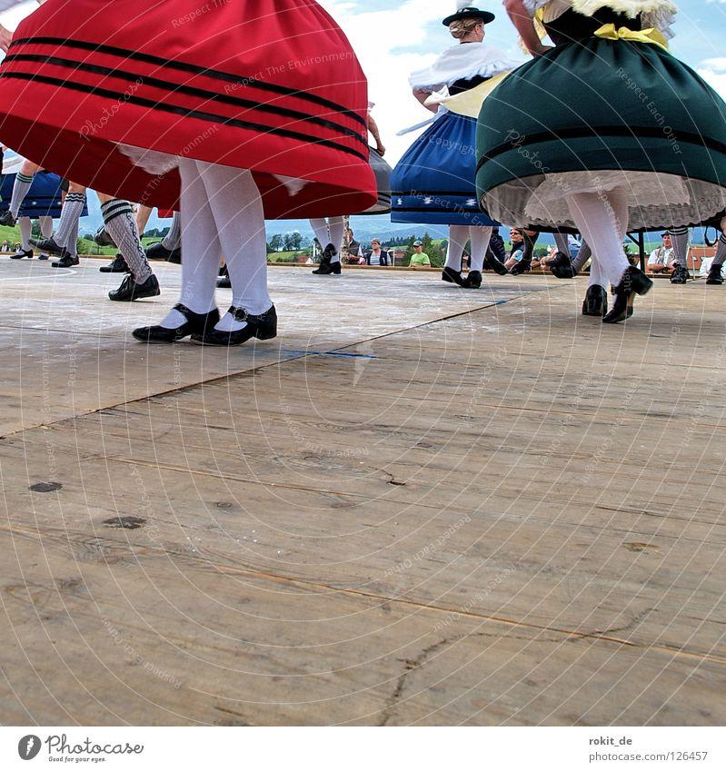 Rock ´n Roll oder Brummkreisel II Bayern Trachtenkleid Tanzfläche Volksmusik Drehung Gamsbart Rieden Allgäu Bluse drehen schlagen Shorts Männerbein Strumpfhose