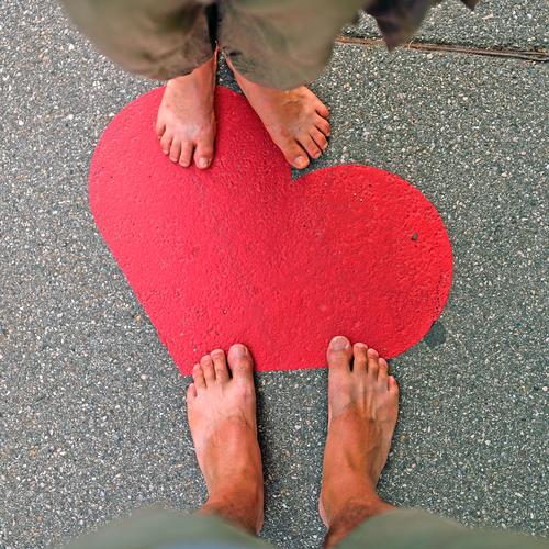 Herz und Füsse Mensch Sommer rot Erwachsene Straße Liebe Graffiti feminin Fuß maskulin 45-60 Jahre Zeichen Romantik Vertrauen Verliebtheit