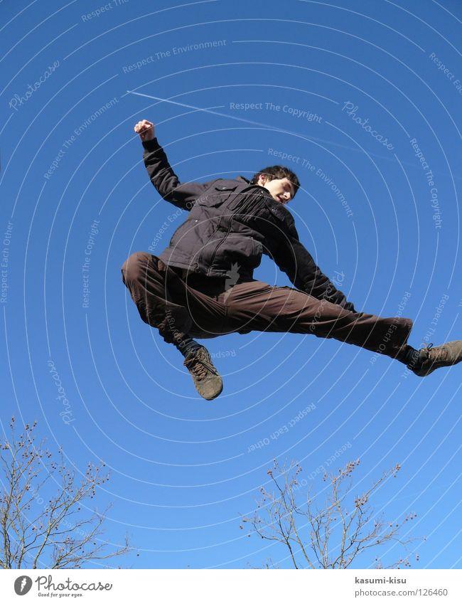 just FLYING schwarz braun springen Mann Freude Spielen Himmel blau fliegen Ast