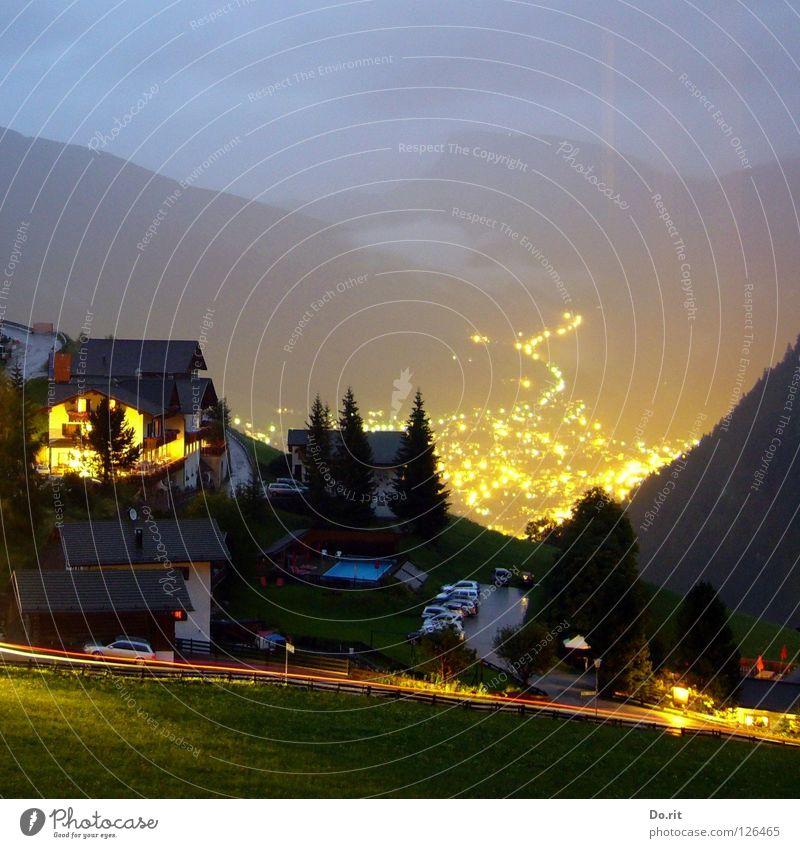 Lavastrom Licht Nacht dunkel Haus Baum Tanne Ferien & Urlaub & Reisen grau Wolken Wiese Gras grün Leuchtspur Dorf Italien Südtirol Dolomiten Geborgenheit
