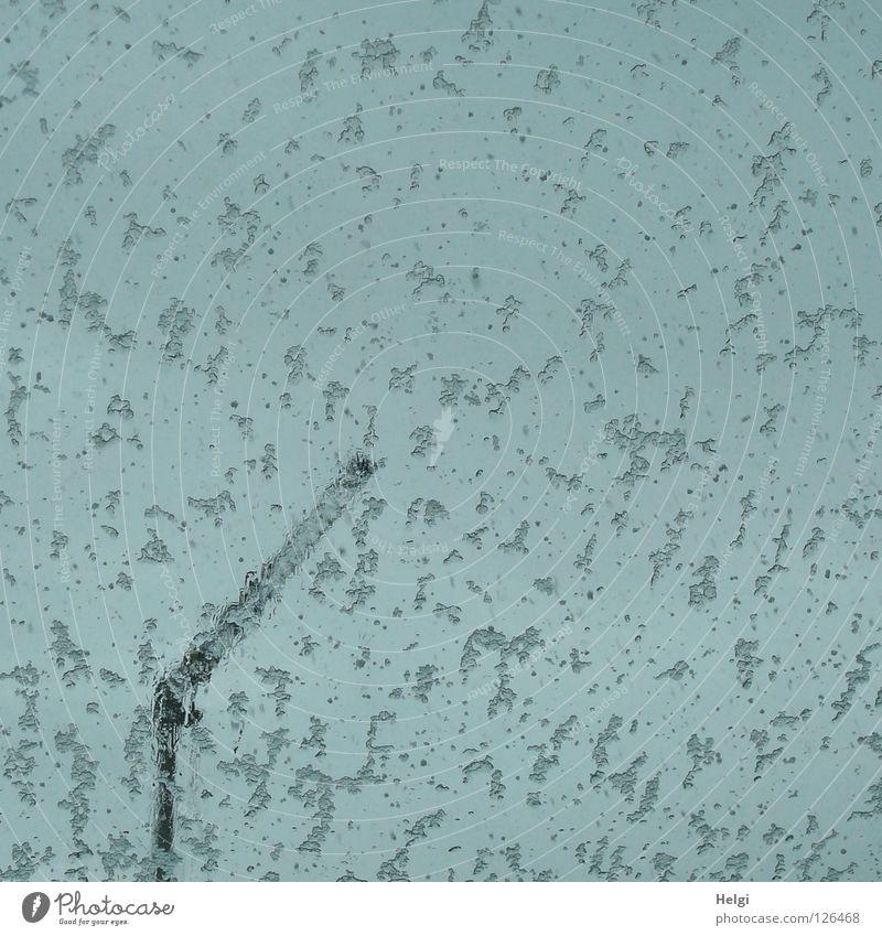 Sauwetter... schlechtes Wetter Fensterscheibe Flocke Schneeflocke fallen Schneefall Kran Baustelle lang dünn groß Macht grau weiß Wolken kalt Winter Februar