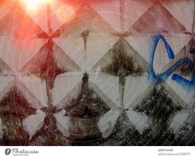 Mauer moosbewachsen Wärme dreckig retro trist grau Schutz Stil Symmetrie konkav Yin und Yang konvex Wölbung DDR Ostalgie verwittert Detailaufnahme abstrakt