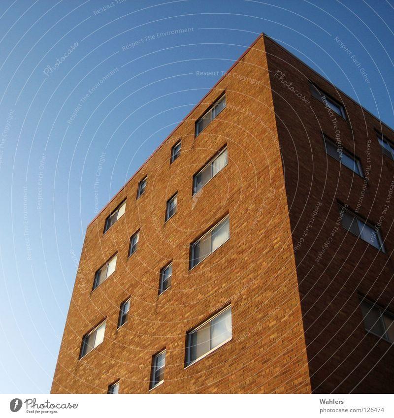 Wohnblock schön Himmel blau rot Haus Fenster Glas hoch Perspektive USA Häusliches Leben Backstein bauen
