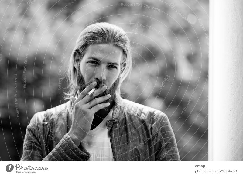 smoke maskulin Junger Mann Jugendliche 1 Mensch 18-30 Jahre Erwachsene langhaarig Bart Vollbart Coolness trendy Rauchen rauchend Zigarette Schwarzweißfoto