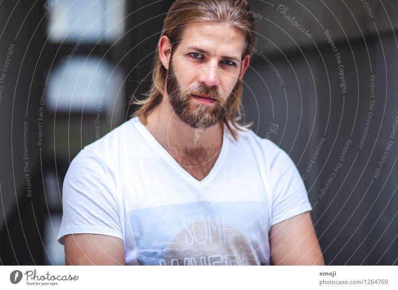 # maskulin Junger Mann Jugendliche 1 Mensch 18-30 Jahre Erwachsene langhaarig Bart Vollbart Coolness trendy schön ernst Farbfoto Außenaufnahme Tag