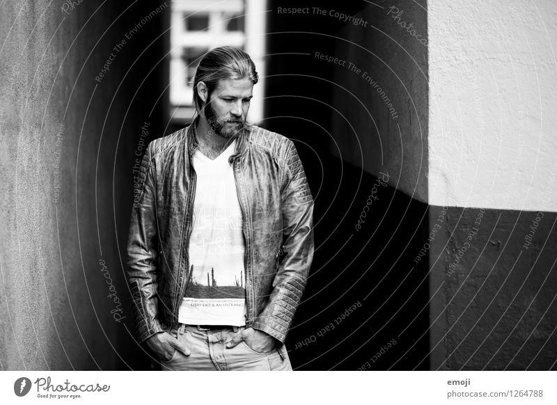 black and white maskulin Junger Mann Jugendliche 1 Mensch 18-30 Jahre Erwachsene Mode Coolness trendy Gasse Schwarzweißfoto Außenaufnahme Tag
