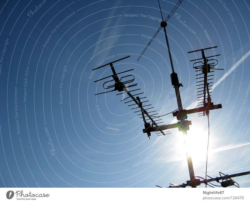 klarer Datenempfang Himmel blau schön Sonne Sommer Wetter Streifen Fernsehen Medien Radio Antenne Begrüßung Blauer Himmel Funken Kondensstreifen Funktechnik