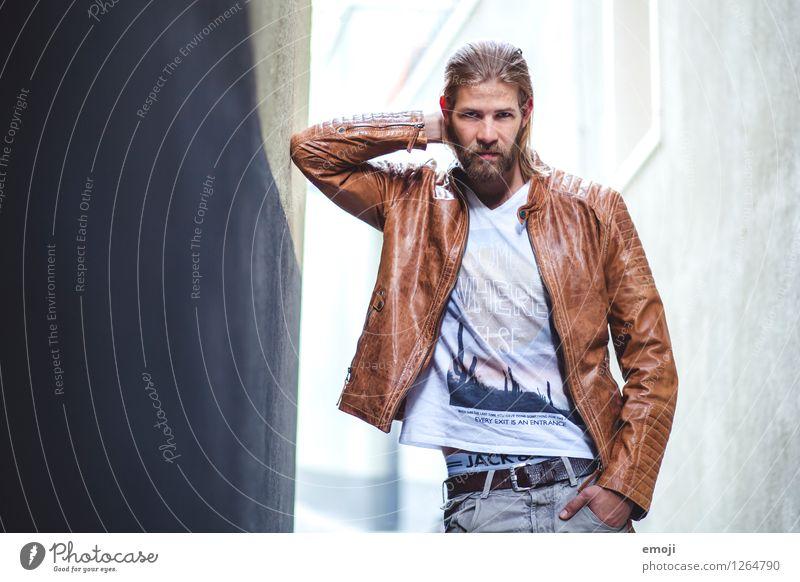 < maskulin Junger Mann Jugendliche 1 Mensch 18-30 Jahre Erwachsene Mode Bart Coolness trendy einzigartig Farbfoto Außenaufnahme Tag Schwache Tiefenschärfe