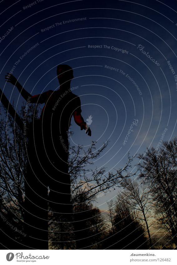 schwarzer Riese Mensch Himmel Mann Baum Wolken Tier Beine Horizont Arme Macht Ast obskur Pfosten Stab