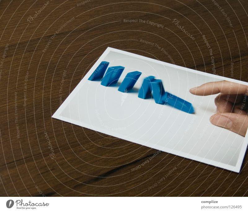 Reaktion! Domino bringen umfallen Kettenreaktion Bewegungsunschärfe Hand Mann Reaktionen u. Effekte Nahaufnahme Stock aufgereiht Spielen funktionieren Desaster