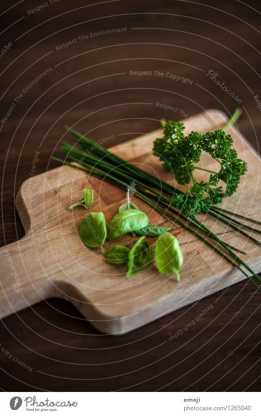 Kräuter grün natürlich Holz Lebensmittel Ernährung Kräuter & Gewürze Holzbrett Schneidebrett Basilikum Petersilie Schnittlauch