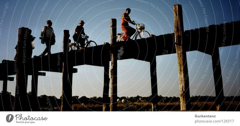 Tour de Burma Myanmar Mandalay Teak Holz Holzbrücke Asien Abenddämmerung Feierabend Baum Fahrrad Birmane Tourist Brücke Mensch u-bein taunghtaman Pfosten