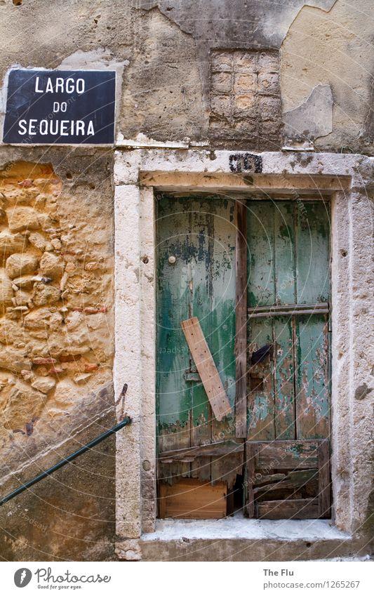 Hinter verschlossenen Türen... Stadt alt grün Haus Wand Mauer Holz grau Stein Fassade orange dreckig Schilder & Markierungen Europa Armut