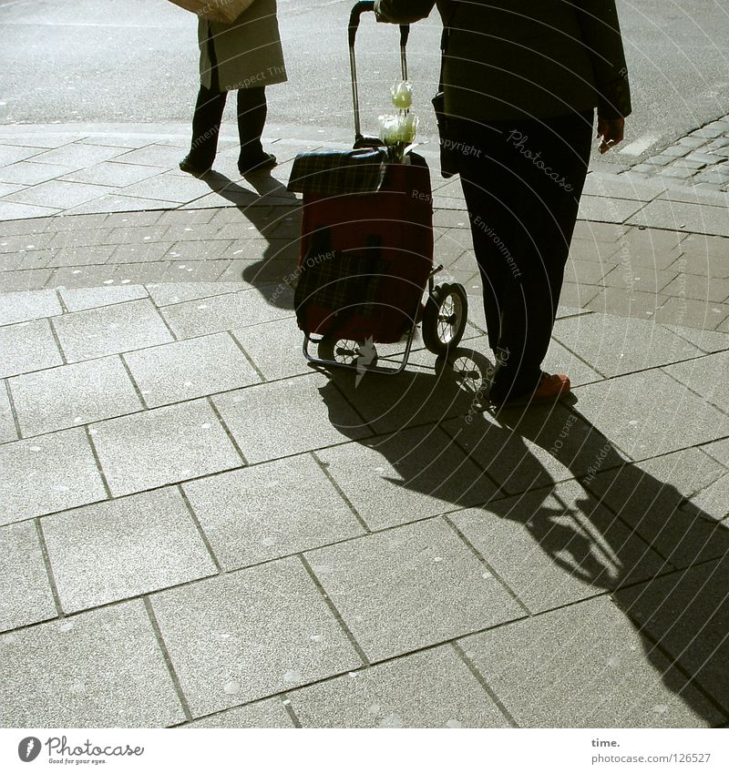Zwieback, Hühnerbrühe, Joghurt, FraumitHerz, Zwieback, Hüh... Senior schwarz Straße dunkel kaufen Beton Konzentration Bürgersteig Verkehrswege Wagen