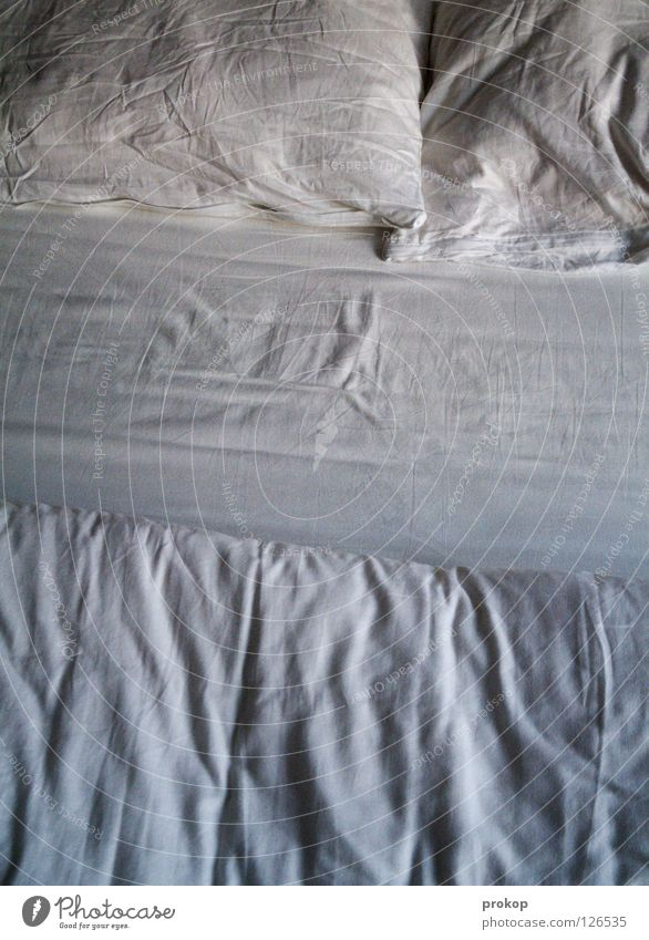 Raus aus den Federn! Bett schlafen Kissen chaotisch ruhig Sünde weiß Bettwäsche Erholung träumen Alptraum wach verschlafen Müdigkeit Erschöpfung zudecken
