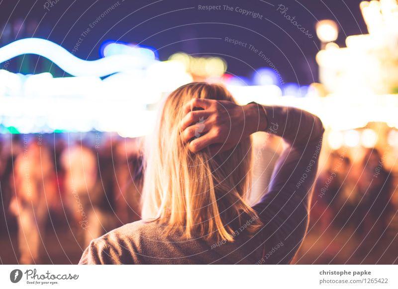 Wo gehn wir hin? Frau Junge Frau 18-30 Jahre Haare & Frisuren Feste & Feiern Kopf nachdenklich blond entdecken Veranstaltung Jahrmarkt Entertainment 30-45 Jahre 1 Mensch unentschlossen Lichtermeer