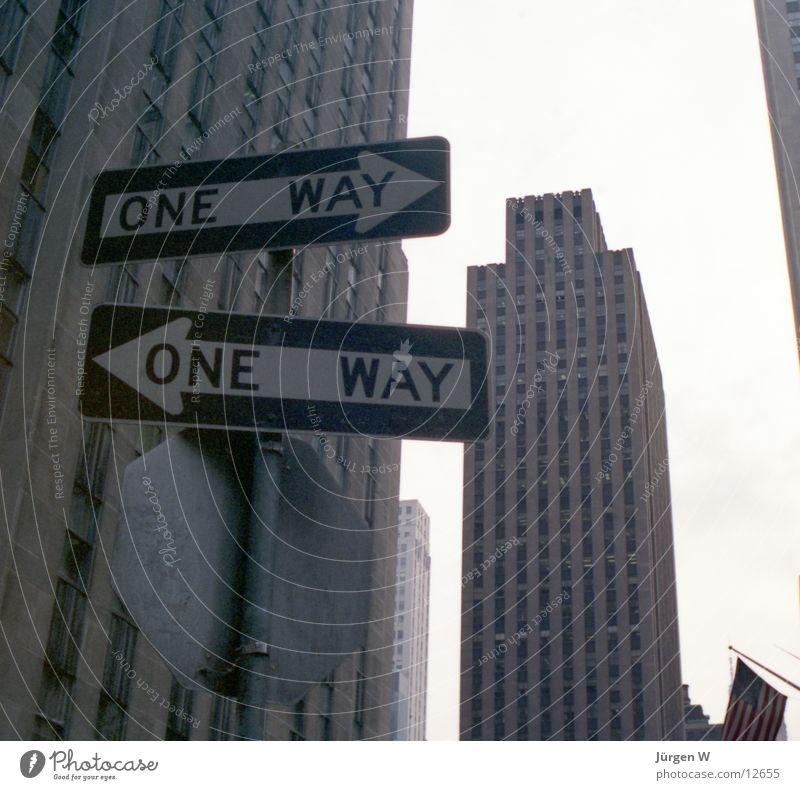welcher Weg? Gebäude Schilder & Markierungen Hochhaus USA New York City Verkehrszeichen Symbole & Metaphern Nordamerika Einbahnstraße