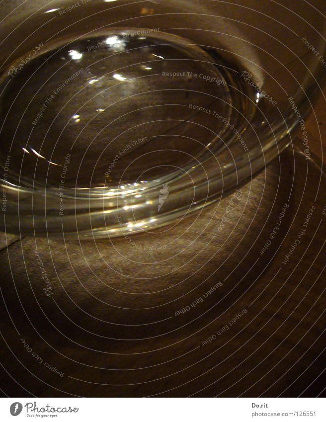 Picknick Glas Wasser durchsichtig hell dunkel Reflexion & Spiegelung braun Krug Glaskrug trinken Durst durstig Erfrischung Laminat beleben lebenswichtig