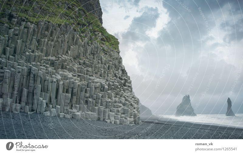 Basalt halt. Umwelt Natur Landschaft Pflanze Erde Sand Wasser Wolken Horizont Gras Moos Küste Strand Fjord ästhetisch einzigartig maritim trist blau grau grün