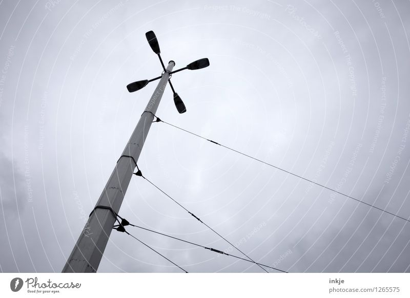 umstürzende Neubauten Gefühle grau Stimmung trist Verkehr Perspektive fallen Straßenbeleuchtung festhalten Laterne fangen Straßenkreuzung Straßenbahn umfallen rebellieren S-Bahn
