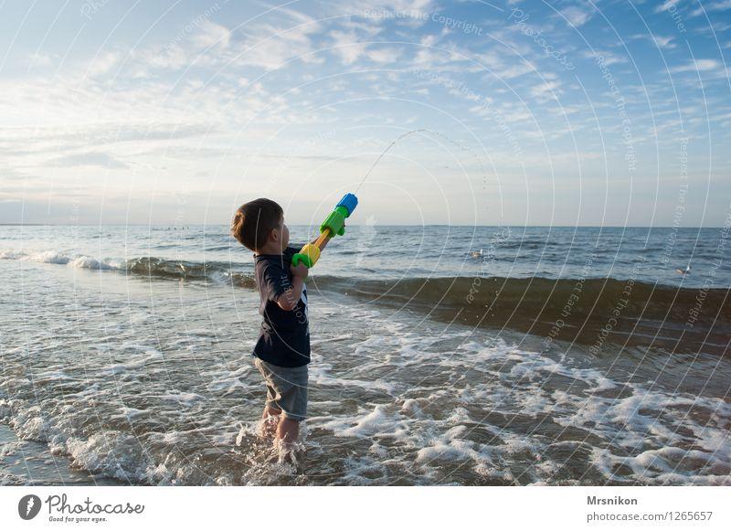 spritzpistole Mensch Himmel Kind Ferien & Urlaub & Reisen Sommer Wasser Sonne Meer Strand Leben Küste Junge Horizont Wellen Kindheit stehen