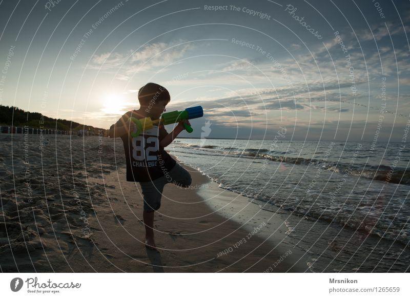 Küste Mensch Kind Ferien & Urlaub & Reisen Sommer Sonne Meer Freude Ferne Strand Leben Junge lustig Freiheit frisch Wellen