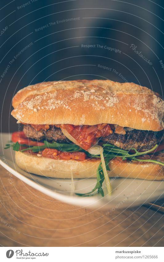 burger mit tomaten sugo, rucola, ziegenkäse Lebensmittel Fleisch tomatensugo Rucola Hackfleisch Tomate Zwiebel selbstgemacht Ernährung Mittagessen Picknick