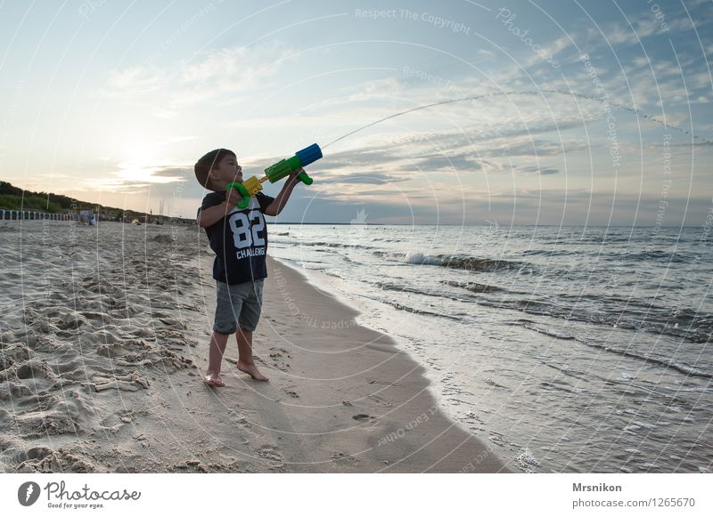 Wasser marsch Mensch Kind Ferien & Urlaub & Reisen Sommer Sonne Meer Freude Ferne Strand Leben Küste Junge Freiheit Wellen Kindheit