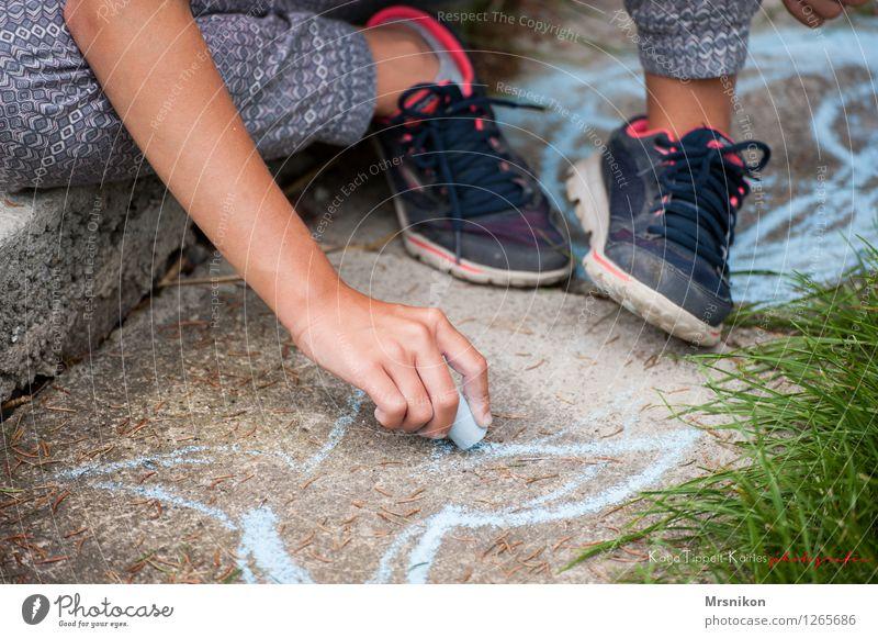 straßenmalerei Kind Mädchen Kindheit Leben Hand 1 Mensch 8-13 Jahre sitzen Kreide Kreidezeichnung malen Strassenmalerei Garten Turnschuh