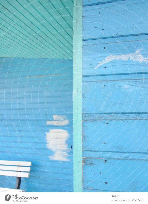 MONTAGS BLAU weiß Linie Bank türkis Renovieren Bildausschnitt Anschnitt Sanieren Farbfleck Holzwand himmelblau hell-blau Farben und Lacke Anstrich Holzhaus