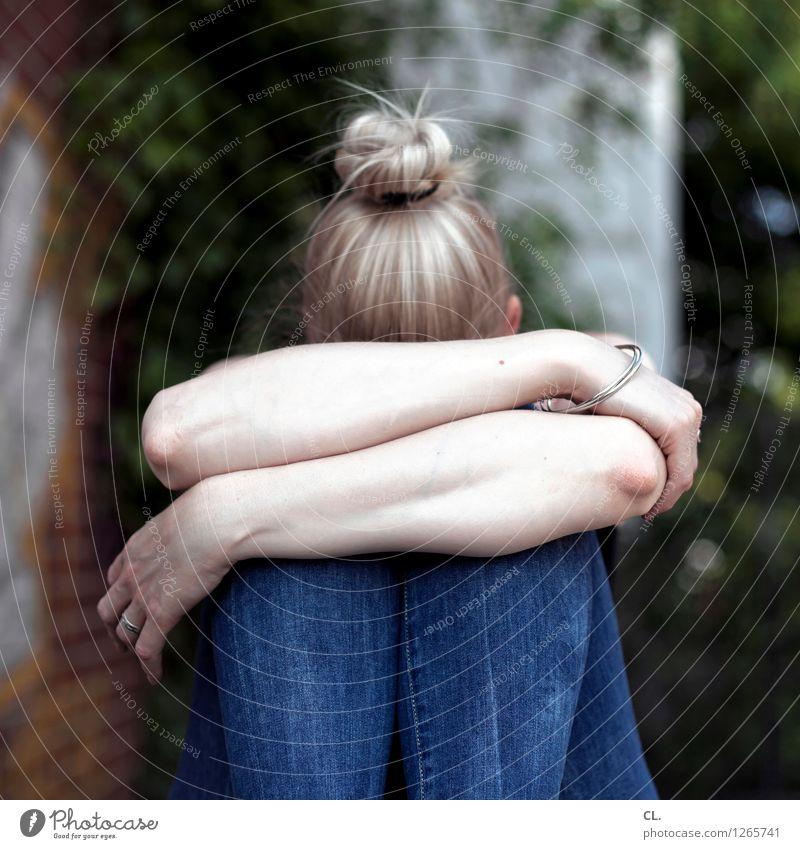 verstecken Mensch Frau Jugendliche Junge Frau Einsamkeit Erwachsene Leben Traurigkeit Gefühle feminin Angst blond sitzen Arme Jeanshose Müdigkeit