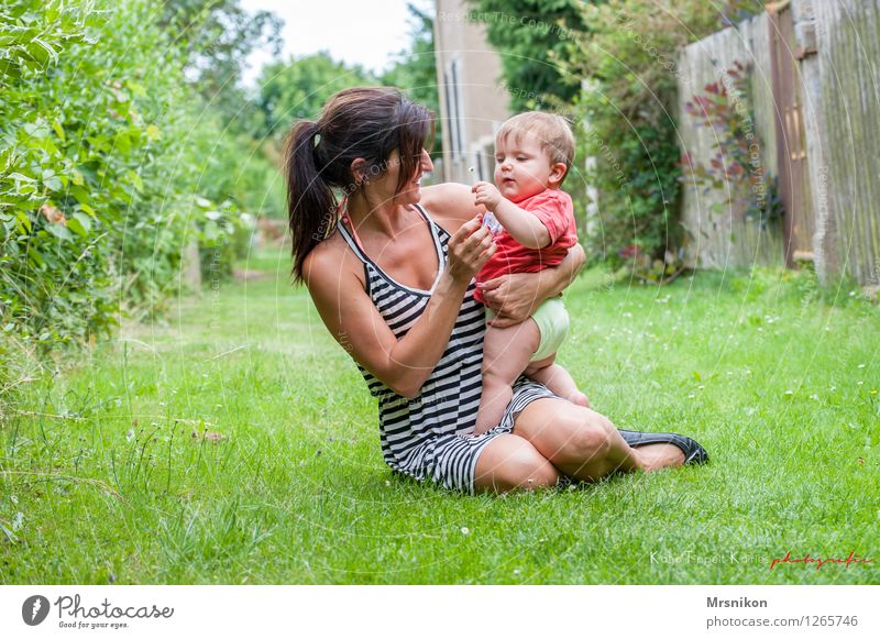 zusammen ist man weniger allein Mensch Frau Natur Sommer Erwachsene Leben Liebe Gras Glück Familie & Verwandtschaft Garten Zusammensein Zufriedenheit leuchten