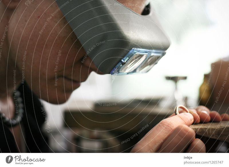 Goldschmieden 1 Mensch Frau Gesicht Erwachsene Leben Gefühle Arbeit & Erwerbstätigkeit gold Kreativität einzigartig Beruf Ring Handwerk Kontrolle Handwerker