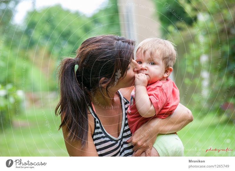 Mutter und Sohn Baby Kleinkind Erwachsene Familie & Verwandtschaft Kindheit Leben 2 Mensch 0-12 Monate 30-45 Jahre brünett Zopf genießen Küssen sitzen natürlich