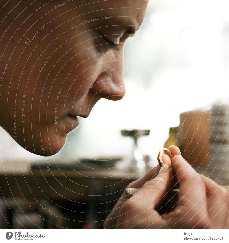 Goldschmieden 2 Mensch Frau Hand Gesicht Erwachsene Leben Gefühle Stimmung Arbeit & Erwerbstätigkeit gold authentisch Kreativität einzigartig festhalten Beruf
